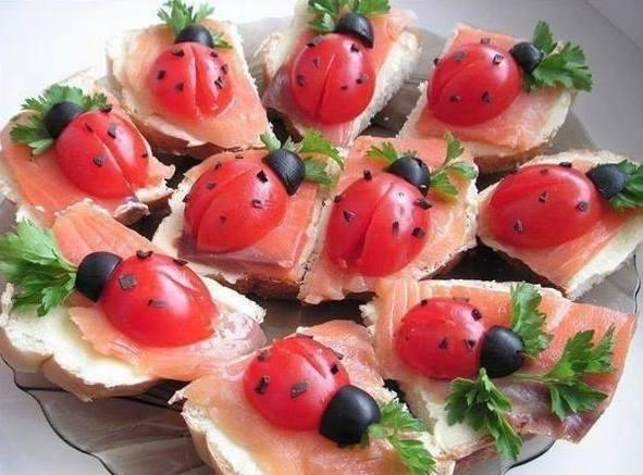 kreative essen-dekoration und idee für kinder-sandwiche mit tomaten und lachs