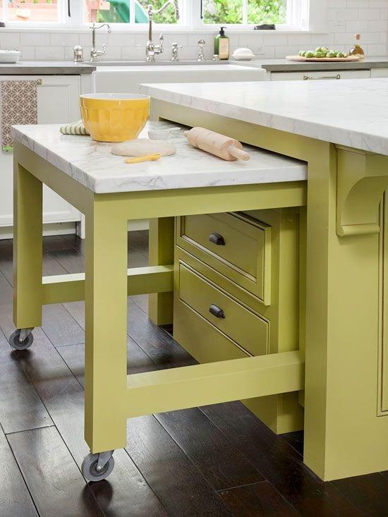 platzsparende idee und möbel für kleine küchen mit kochinsel grün und küchenarbeitsplatte aus weißem naturstein