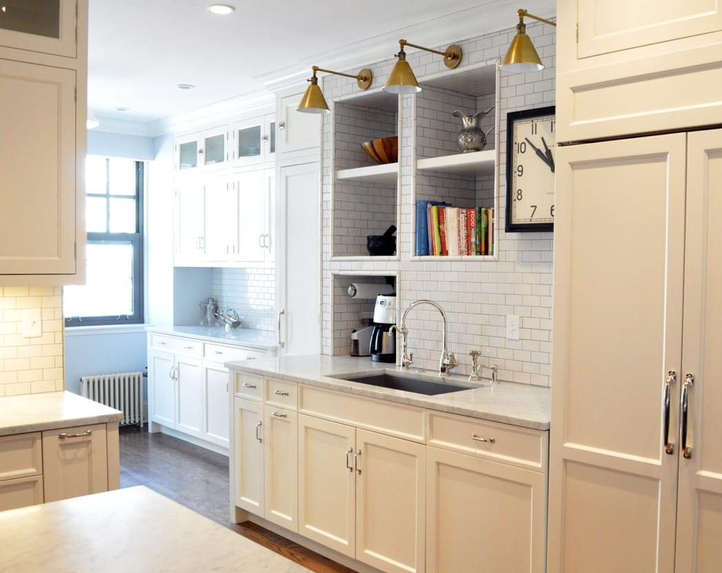 kreative küchenideen für moderne kücheneinrichtung in weiß mit weißen wandfliesen und platzsparende wandregalen