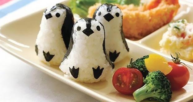 Pinguine aus reis für coole party-essen-dekoration und kreative Kindergeburtstagsessen