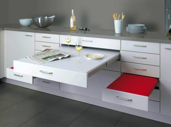 moderne küche weiß mit sitzplatz aus schubladen als platzsparende idee für kleine küchen