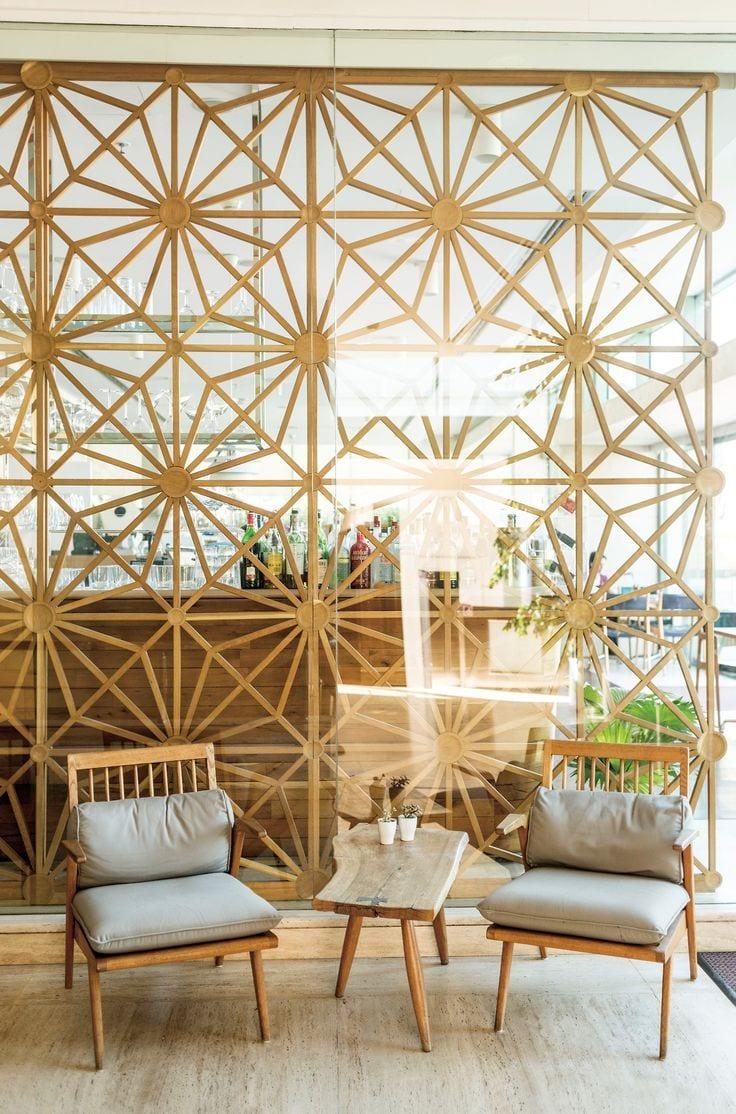 modernes Interieur Design in Holz mit Holzstühlen und couchtisch holz