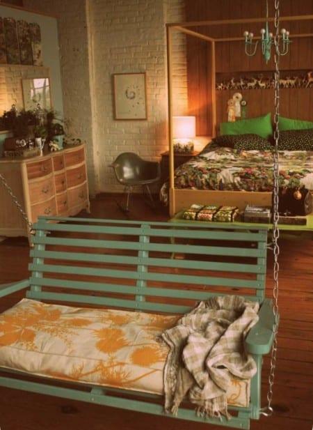 deko ideen schlafzimmer mit holzbettgestell und grüne farbakzente