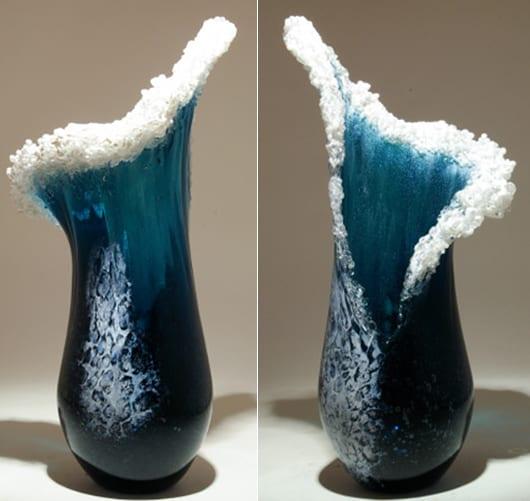 kunst des Glasblasens in form von Wellen als moderne Glasvasen für fantastische Tischdekoration in blau