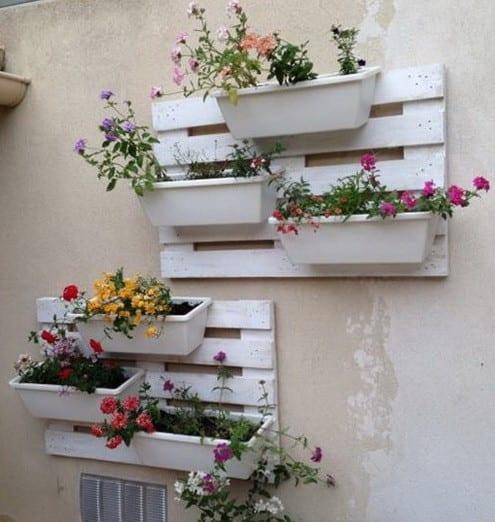 Garten- und Terrassendeko mit DIY Pflanzenhalter für die Wand aus weißen paletten