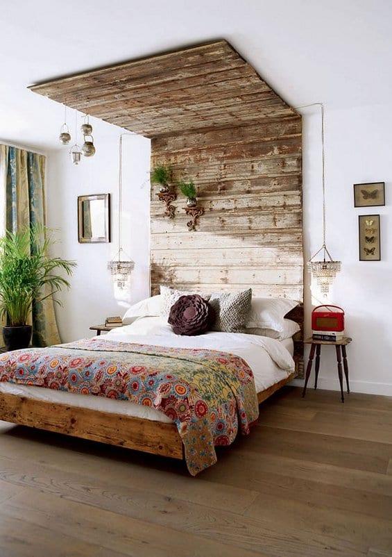 moderne schlafzimmer mit pendellampen und DIY Wand- und Deckengestaltung aus paletten