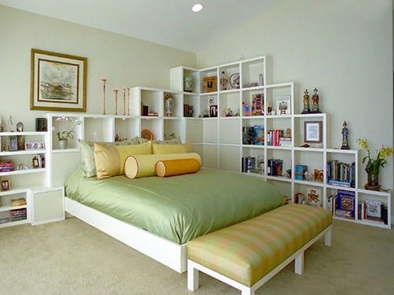 schlafzimmer einrichtungsidee mit weißen Bücherregalen und bettwäsche grün
