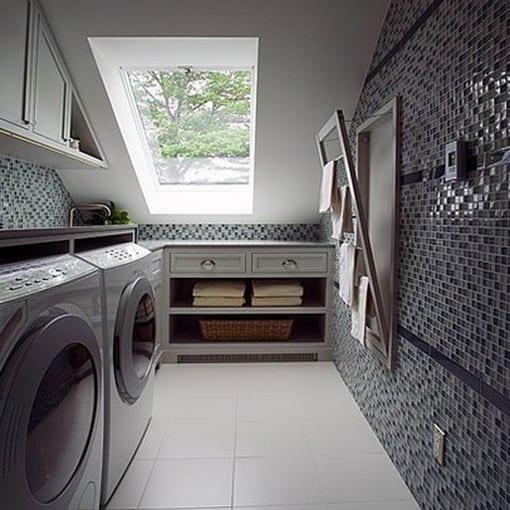 mosaik wandgestaltung und platzsparende ideen für aufbewahrung in kleinen waschküchen am dachgeschoß