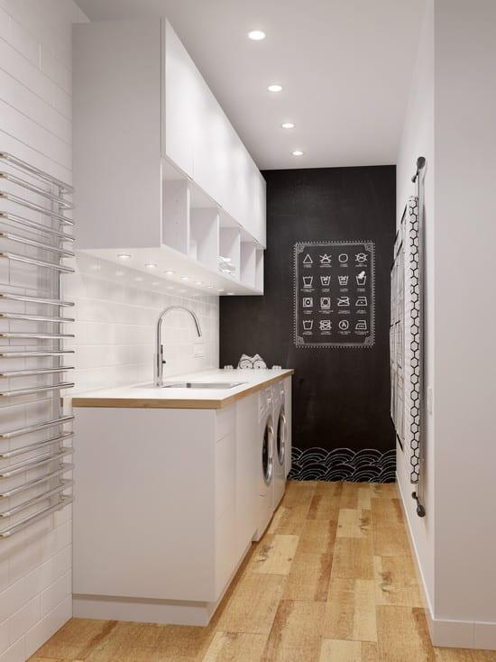 interessante waschküche-einrichtungsidee mit schwarzer wand und cooler wandgestaltung und modernen weißen küchenschrönken mit unterschrankleuchten