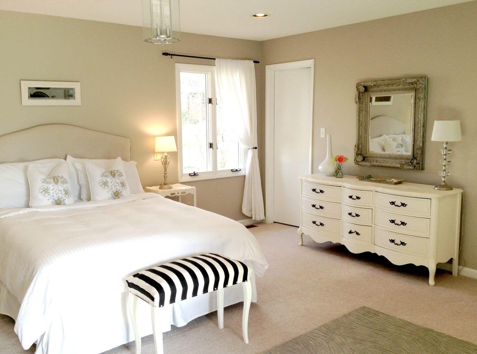 moderne schlafzimmer beige mit rustikalen sideboard weiß und hocker mit schwarz-weißen streifen