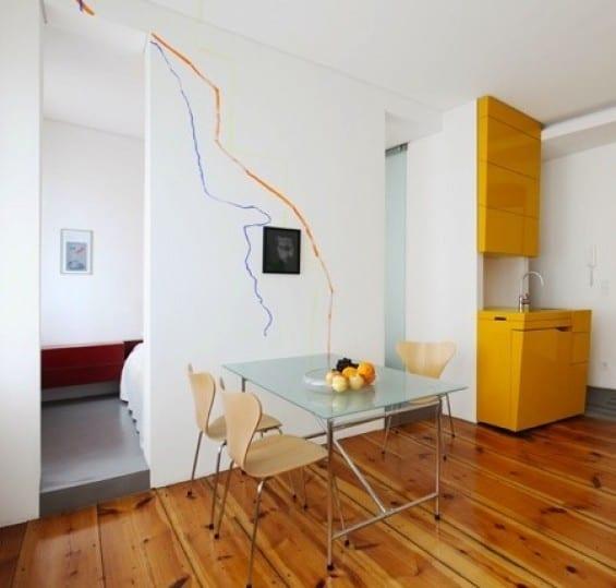 kreative einrichtungsidee für kleine wohungen mit platzsparenden möbeln_moderne kleine küche mit esstisch aus glas und holzstühlen