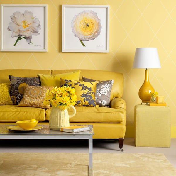coole streichen idee wohnzimmer mit wandfarbe gelb und moderne wohnzimmereinrichtung mit ledersofa gelb und wanddeko mit weißen bilderrahmen