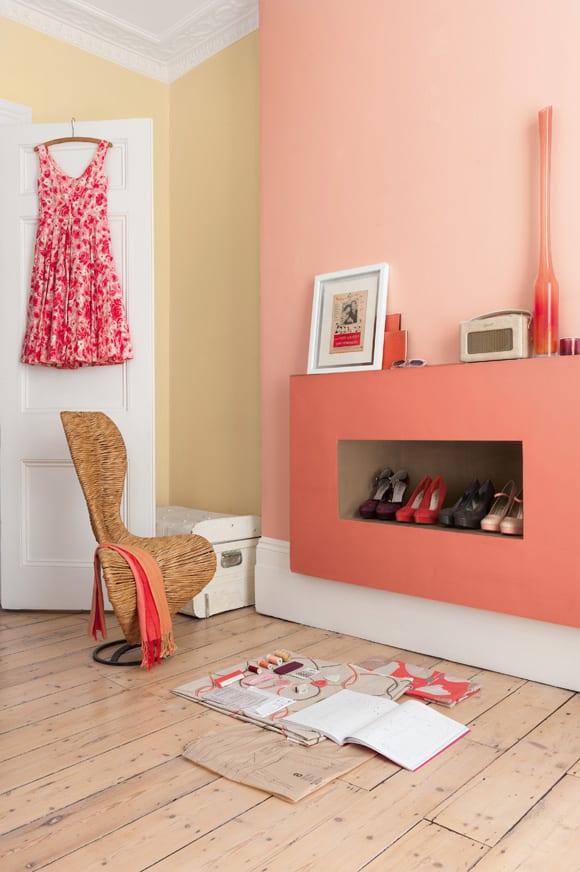 moderne schlafzimmer streichen idee mit wandfarbe rosa und kreative einrichtungsidee für schuhregal an der wand