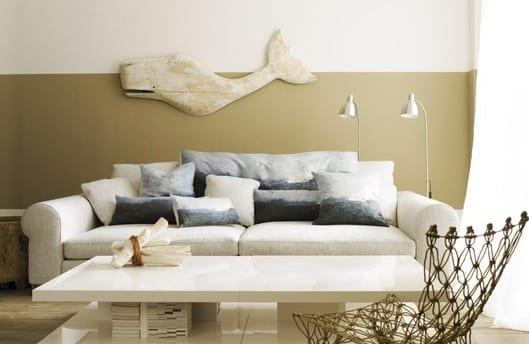 kleine wohnzimmer optisch vergrößern durch helle braune wandfarben und mit weißem sofa und moderner couchtisch weiß