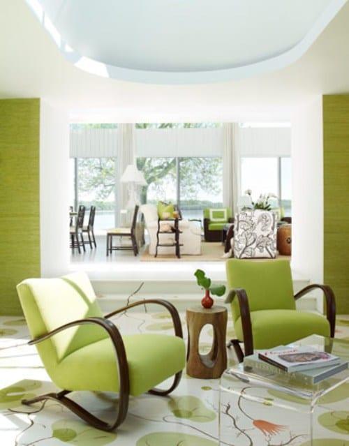 moderne wohnzimmer interiors mit wandfarbe grün und moderne einrichtung mit ramsessel grün und traumteppich weiß mit grünen blumen