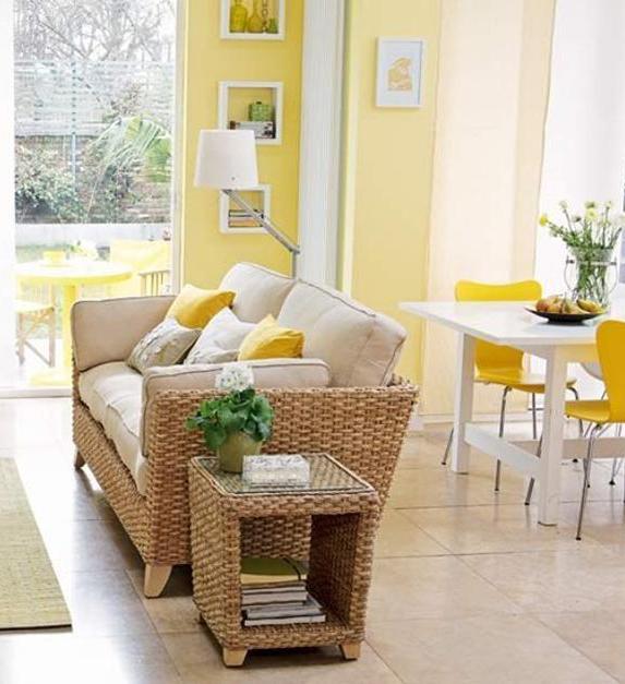 kleine wohn-esszimmer mit wandfarbe gelb streichen und mit rattan-sofa und beistelltisch einrichten
