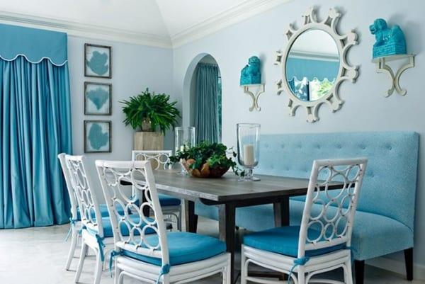 wohn-esszimmer streichen idee in blau mit holzesstisch und weißen esszimmerstühlen mit blauen sitzkissen