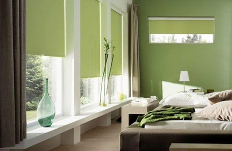 gemütliche raumgestaltung mit wandfarbe grün und coole schlafzimmer einrichtung und fensterdekoration mit grünen fensterrollos