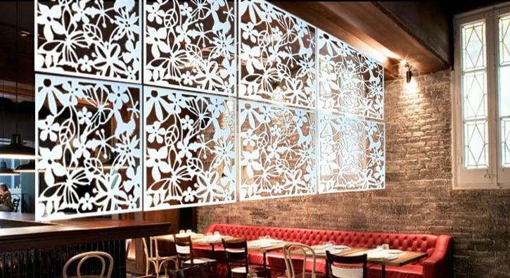 kreative idee für raumgestaltung mit ziegeln und ledersofa rot und acryl vorhang als dekoration