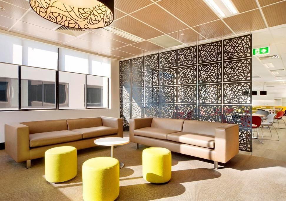 moderne wohnzimmer ideen mit ledersofa beige und lederhocker gelb