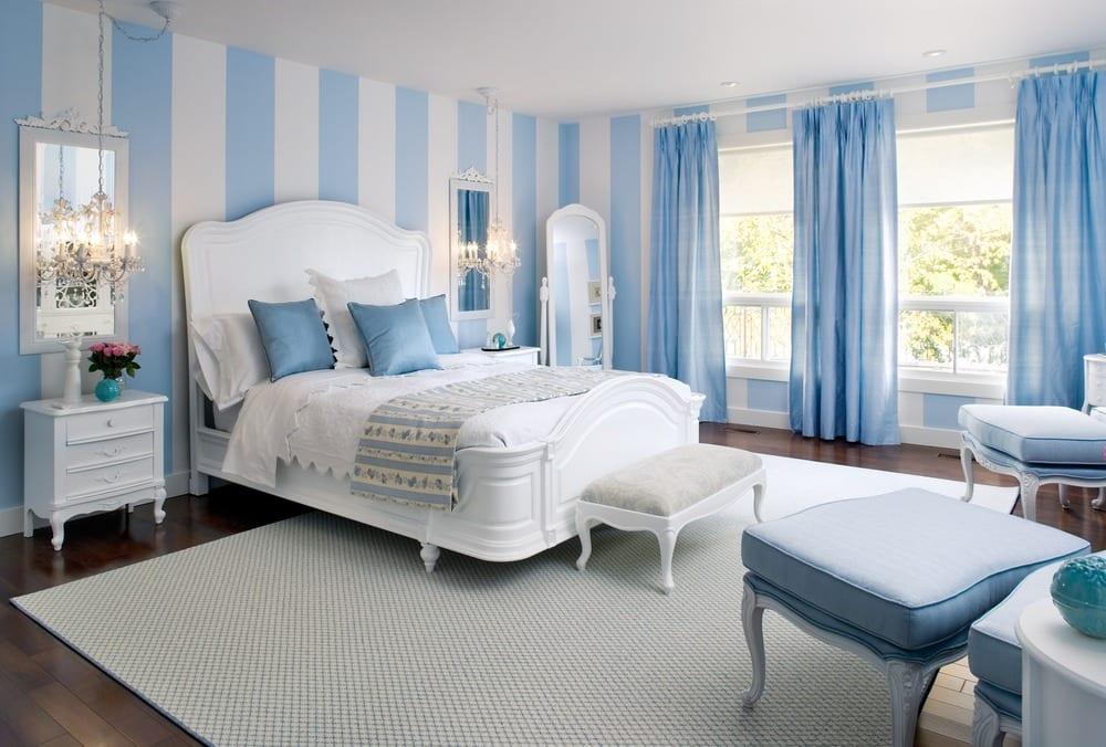 kleine schlafzimmer optisch vergrößern mit blauen streifen und gardinen blau