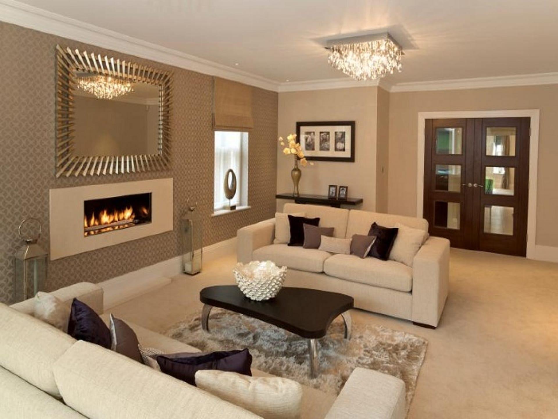 moderne wohnzimmer idee mit wandfarbe beige und coole wandgestaltung mit tapete und spiegel