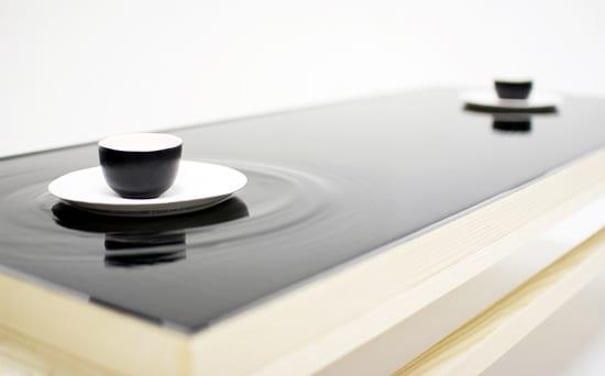 moderne couchtische aus eschenholz mit wasseroberfläche über keramiktischplatte