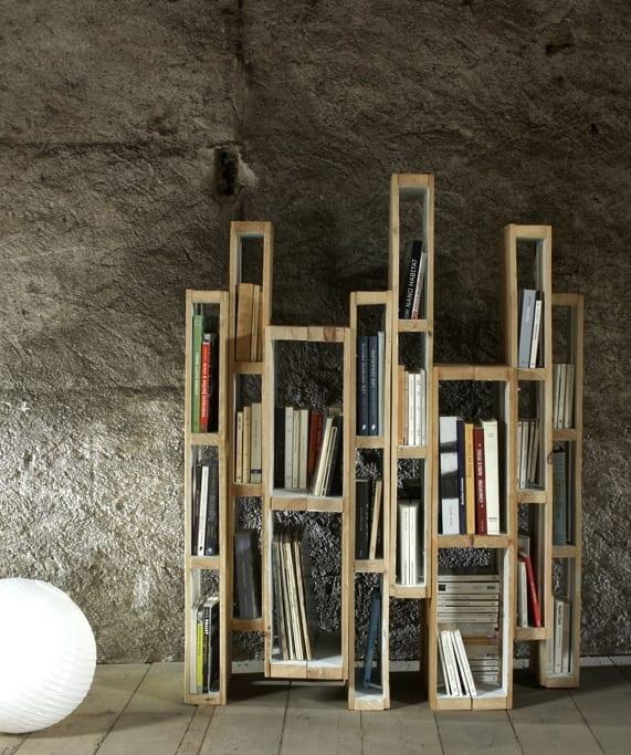 DIY Bücherregal aus Paletten für moderne Einrichtung und minimalistisches Interieur Design im wohnzimmer mit kugel-tischlampe