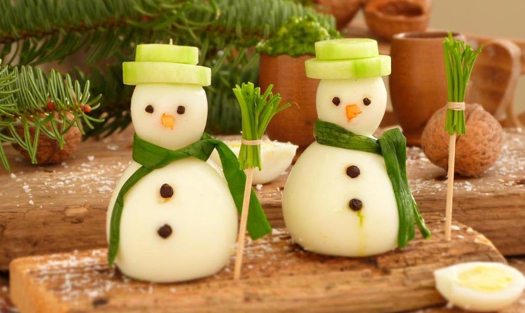wihnachtsparty-essen-dekoration mit kreativen vorspeisen