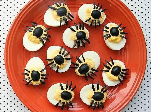 kinderparty und halloweenparty-essen idee mit spinne-häppchen aus eiern
