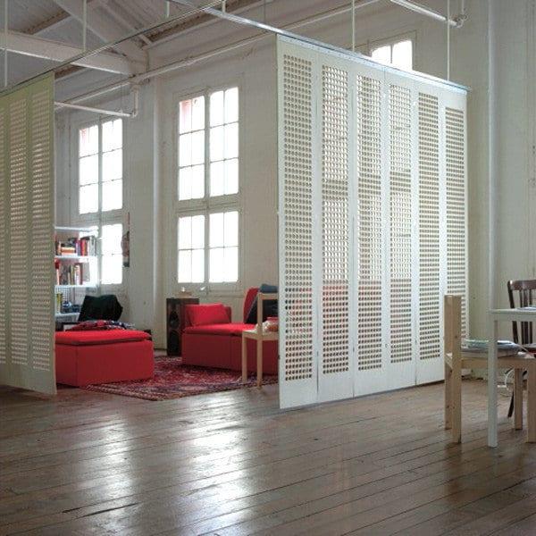 weiße hängende Paneele als Raumteiler Idee für moderne raumgestaltung und raumteilung einer Loft-Wohnung mit modernem wohnzimmer und rote seats and sofas
