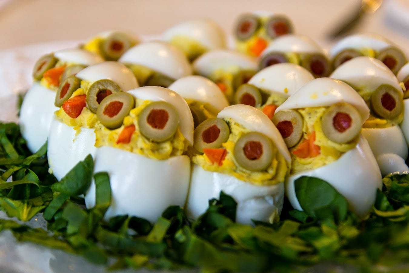 kreative kinder geburtstagsparty essen idee und essen-dekoration mit vogel-häppchen aus gefüllten eiern