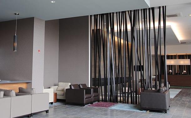 moderne wohnzimmer grau mit wandfarbe grau und ledersesseln