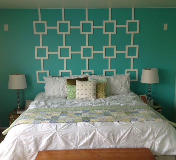 kleine schlafzimmer mit wandfarbe blau und coole wandgestaltung mit weißen quadratenmotiv