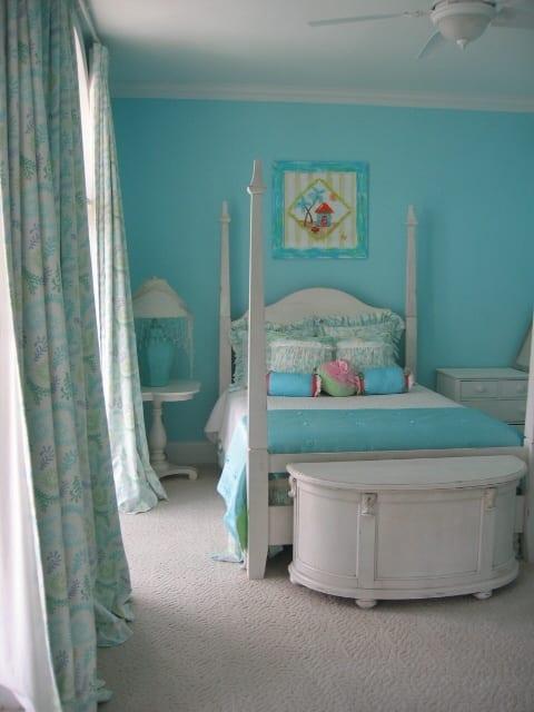 schlafzimmer farbgestaltung mit wandfarbe hellblau und weißen schlafzimmer-möbel