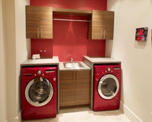 rote wandfarbe und rote waschmaschine als interessante waschküche-einrichtungsidee mit waschtisch und wandschrank aus holz