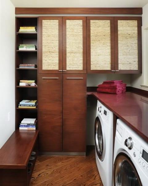 interessante waschküche-einrichtungsidee mit platzsparende holzschränke und schuhregal