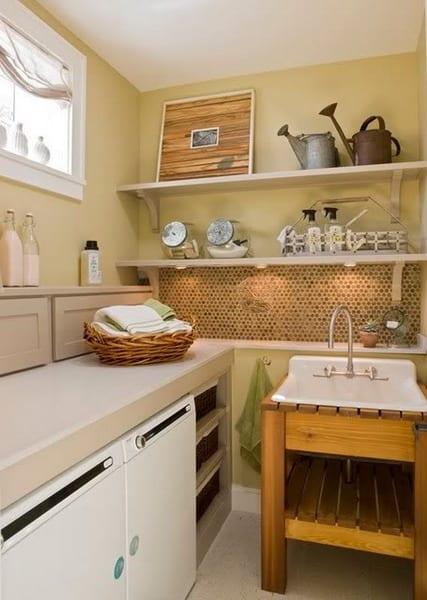 interessante Einrichtungsidee kleiner waschküchen mit wandfarbe gelb und freistehendem waschbecken