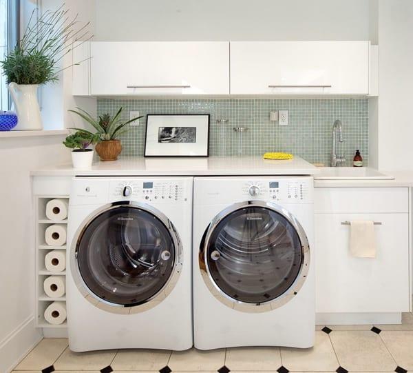 kreative platzsparende aufbewahrung und einrichtung für kleine waschküchen in einer wandnische