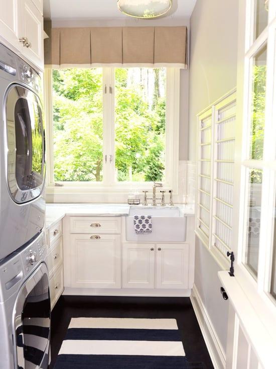 interessante einrichtungsidee für kleine eckküche mit fenstern als waschküche mit gestapelten waschmaschine und trockner