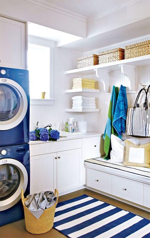 interessante waschküche-einrichtungsidee mit weißen wandregalen und holzwandverkleidung mit sitzecke und schubladen zum platzsparen