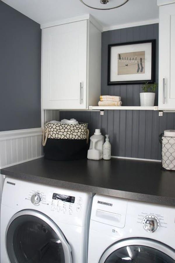 farbgestaltung in dunkelgrau und weiß und kreative platzsparende idee für kleine waschküchen mit weißen wandschränken