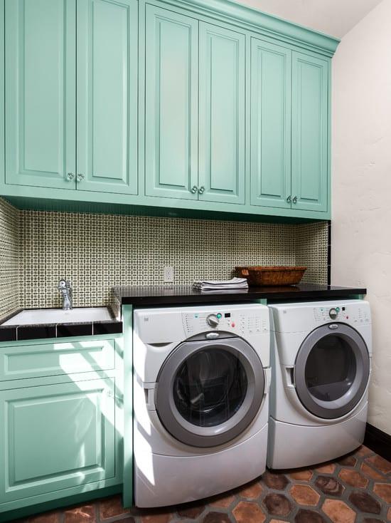 blaue küchenschränke aus holz für interessante waschkücheeinrichtung