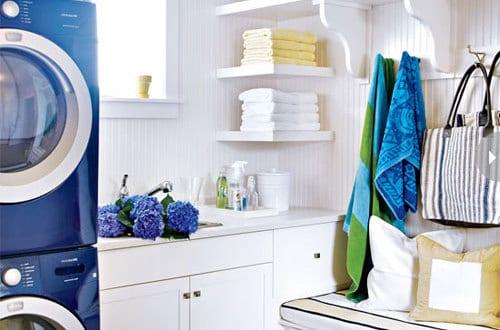 kleine waschk che modern einrichten mit blauen waschmaschine und teppich in wei blauen streifen. Black Bedroom Furniture Sets. Home Design Ideas