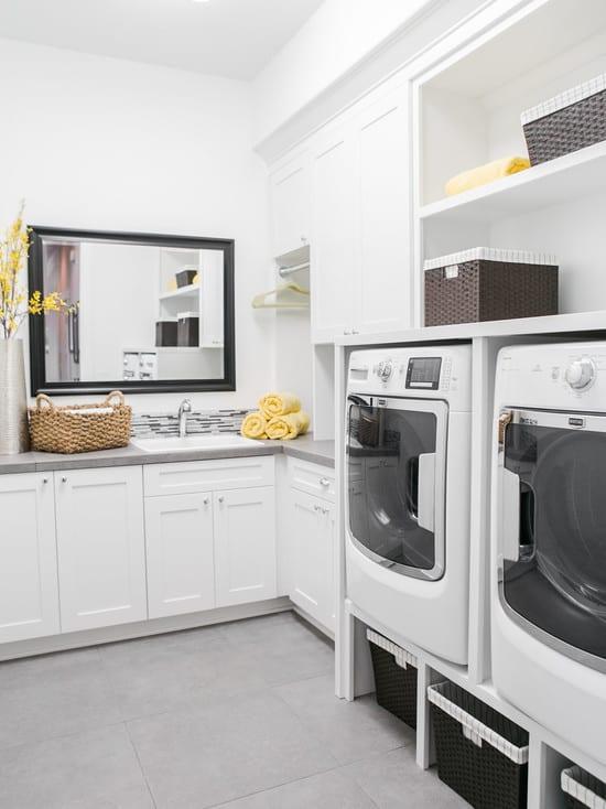 interessante waschküche-einrichtungsidee mit eingebauten wandregalen und wandspiegel