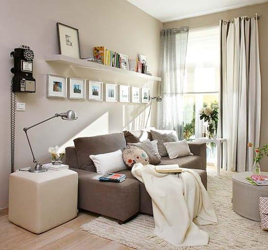kleine wohnzimmer streichen idee mit wandfarbe beige und einrichtung mit weißen wandregalen und kleinem ecksofa braun