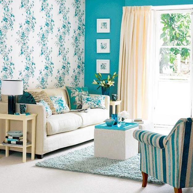 kleines wohnzimmer weiß-blau mit teppich hellblau und sessel in blauen streifen