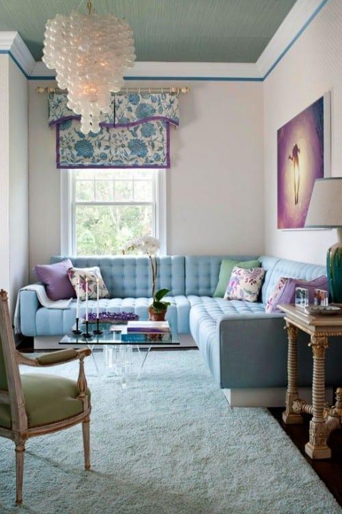 kleine wohnzimmer streichen ideen und gestaltung in blau mit polstersofa hellblau und gardinen-fensterdeko mit blumenmotiv