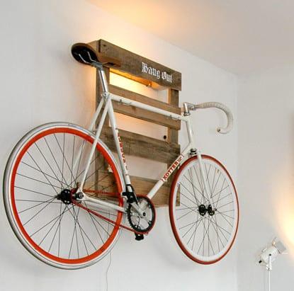 coole idee für fahrradhalter an der wand als wandlampe aus paletten