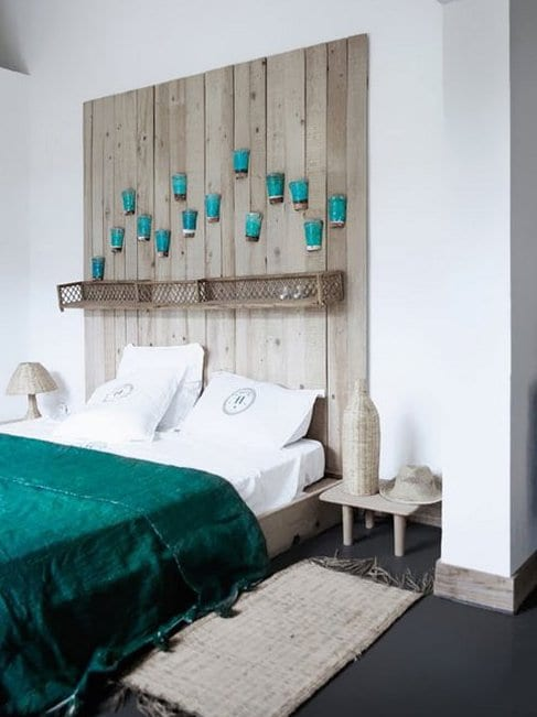 kreative schlafzimmer gestaltung mit schwarzem Boden und DIY Holzbett mit grüner bettdecke und selbstgebaute Kopftbrett mit abstellfläche